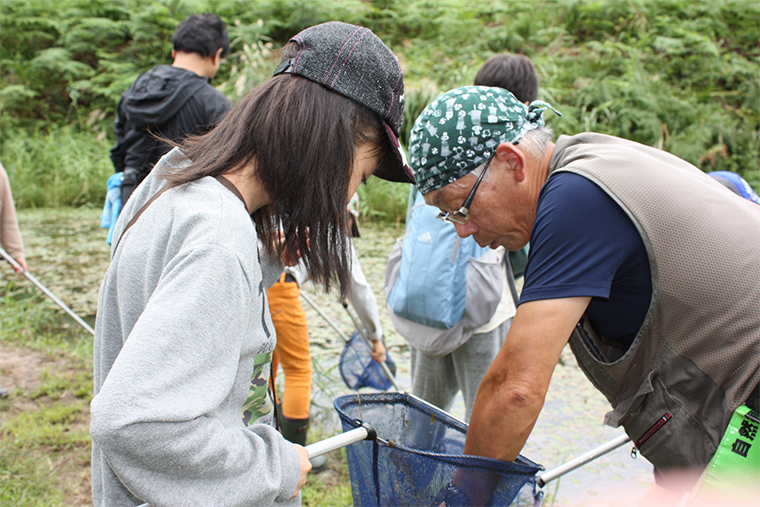 ネイチャーツアーにて子どもたちに水辺の生き物につ いて教える自然観察指導員の南雲さん