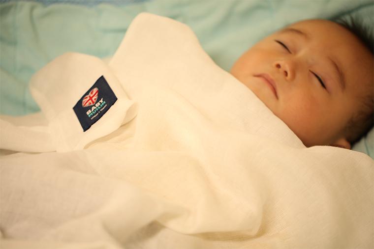 ベビーモスリンにくるまれた赤ちゃん