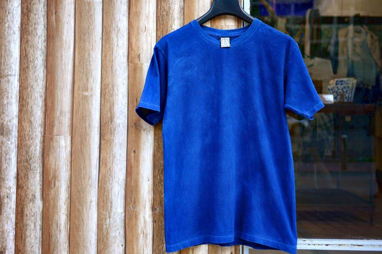 美しいインディゴブルーのTシャツ