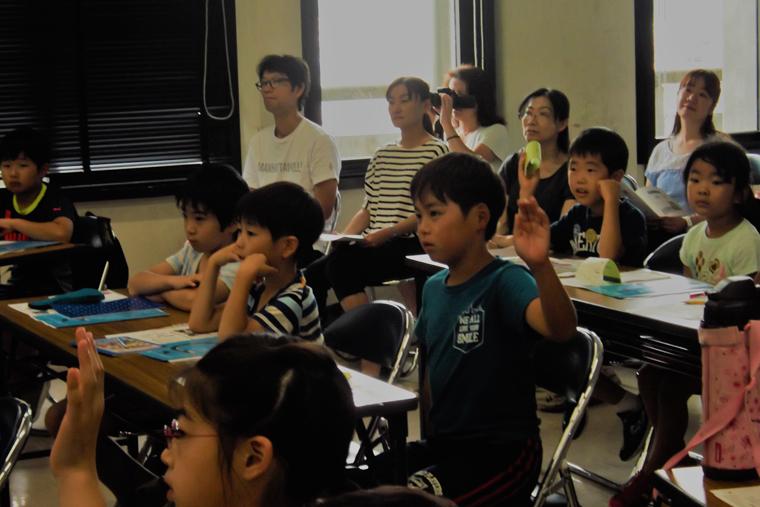 子どもたちの意見が次々飛び交う熱い講義に