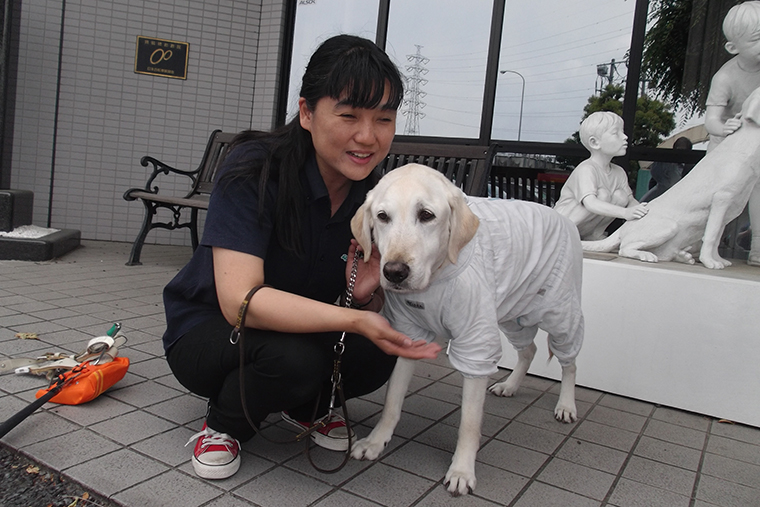 森川さんと7年一緒に暮らす盲導犬の写真