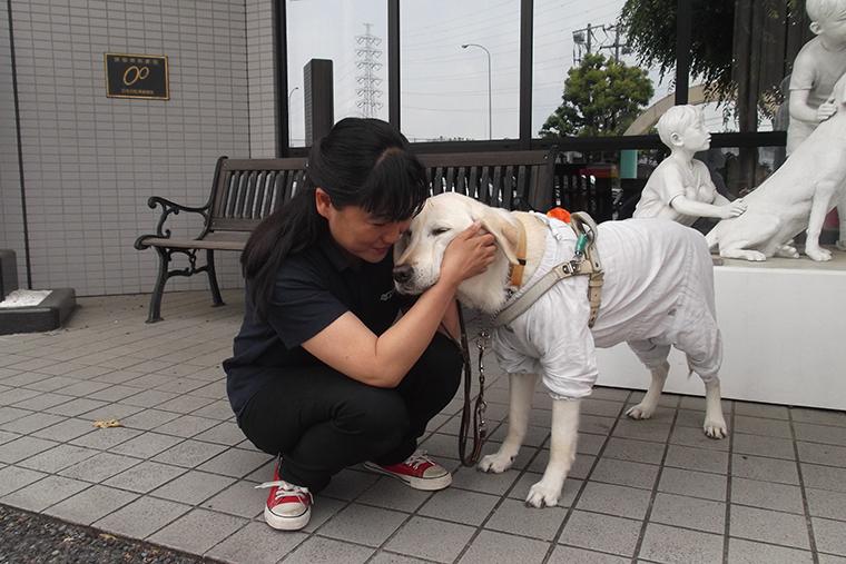 盲導犬とスキンシップをとる森川さん