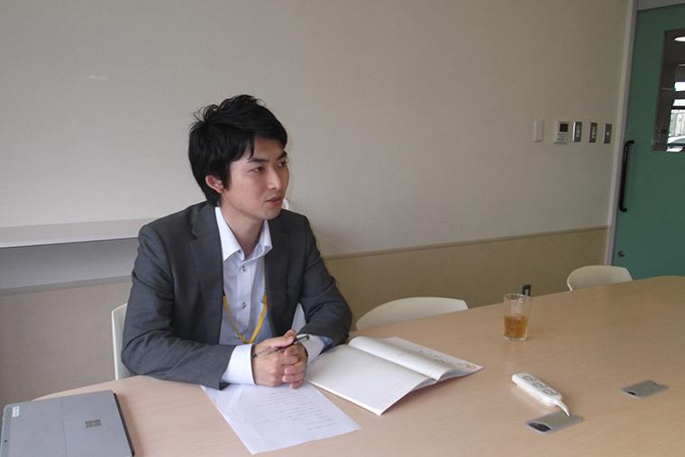 駅ホーム転落事故時の協会の対応について話す普及推進部の横江さん