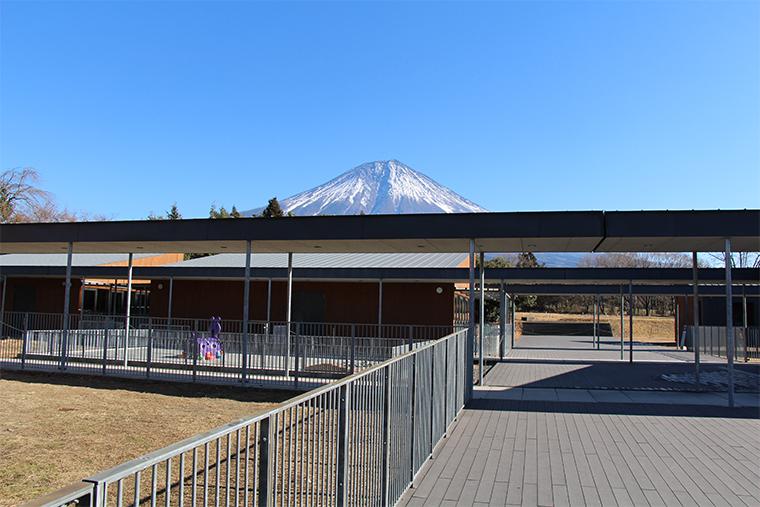 プロムナードから富士山を間近に望む風景