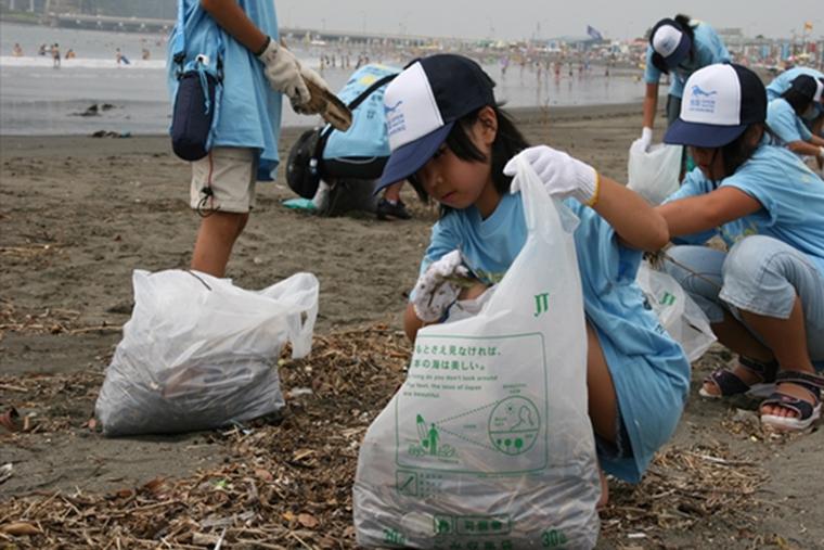 湘南オープンウォータースイミング前日に海岸のごみを拾う「ビーチクリーン」の様子