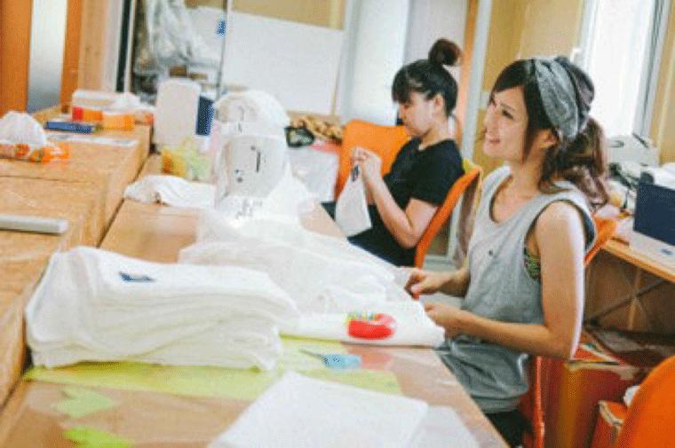 縫製作業中のママたち