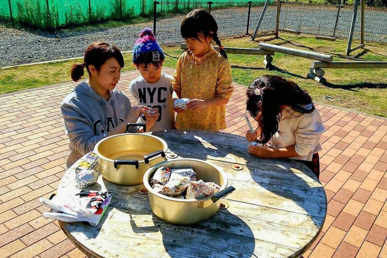 焼き芋の準備をする子どもたち