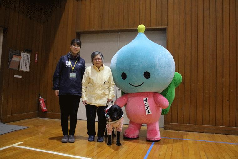 盲導犬学校キャラバンで講師を務めた日本盲導犬協会の山本さん(左)と盲導犬ユーザーの森さん(中央)
