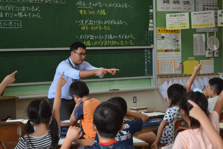 公立小学校の教壇に立つフェロー4期生