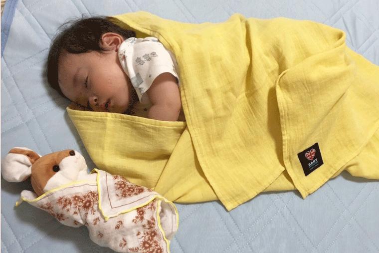 うさちゃんと眠る赤ちゃん
