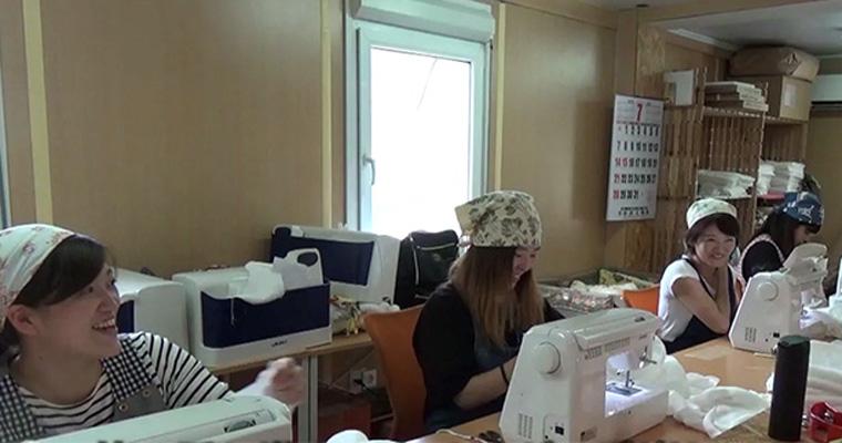 ベビーモスリンの縫製の様子。