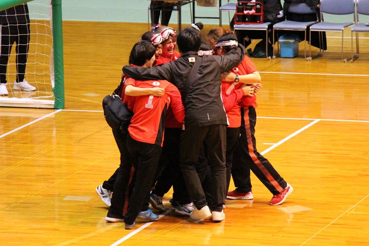 優勝して肩を抱き合う女子日本代表