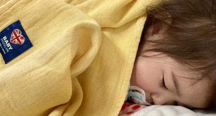 ベビーモスリンをかけて眠る赤ちゃん