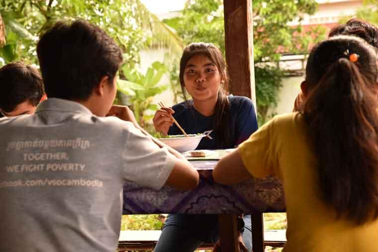 自立支援施設「若者の家」では、みんなで一緒に食事をする様子