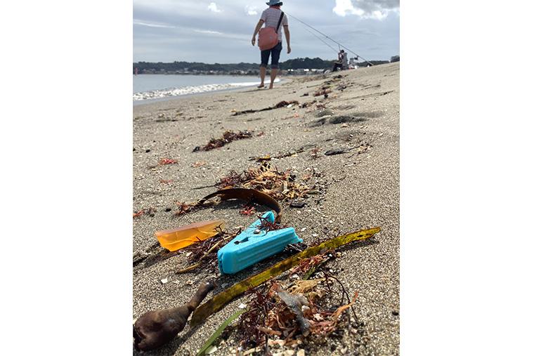 海ごみが打ちあがった海岸の写真